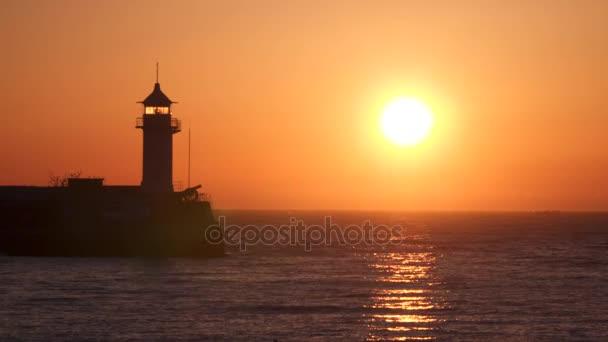 Leuchtturm beleuchtet von der aufgehenden Sonne