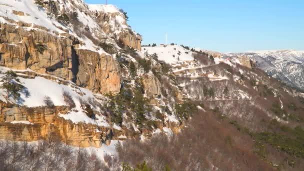 Svah na sněhem pokryté hory