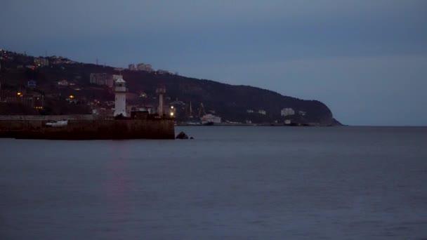 Molo s majákem v noci