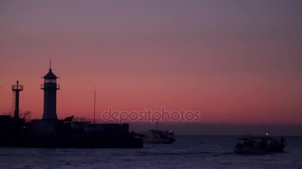 Rybářské lodě za úsvitu plout do moře
