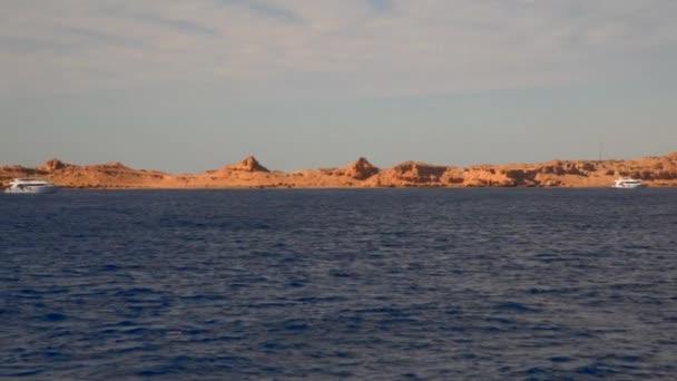 Lodě u pustém pobřeží Sinajského poloostrova