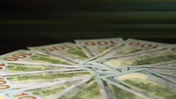 Hundert-Dollar-Scheine drehen sich