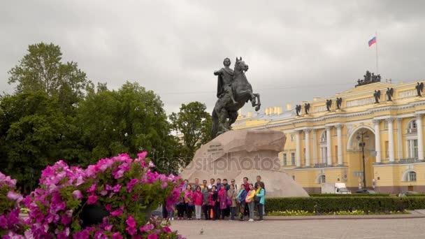 Turisté jsou fotografoval na pozadí památník Petra Velikého