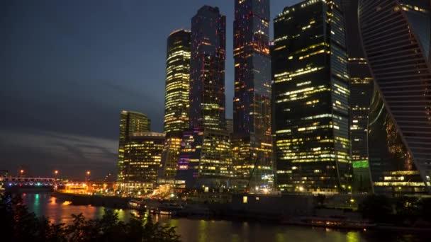 Mrakodrapy na břehu řeky v noci