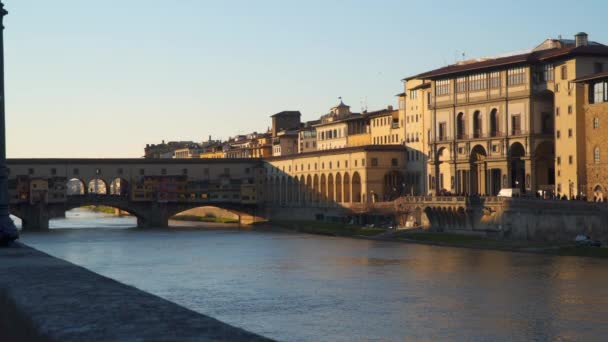 Ponte vecchio s řeky arno při západu slunce, Florencie, Itálie