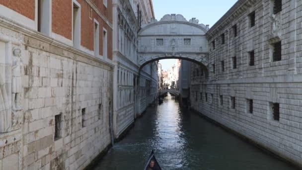 Venice, Olaszország - 2018. március 23.: Gondolák halad át a Sóhajok hídja