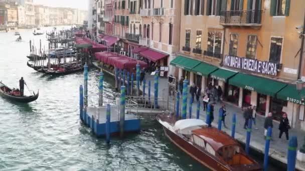 Benátky, Itálie – 23. března 2018: Nábřeží v Benátkách. Večerní čas