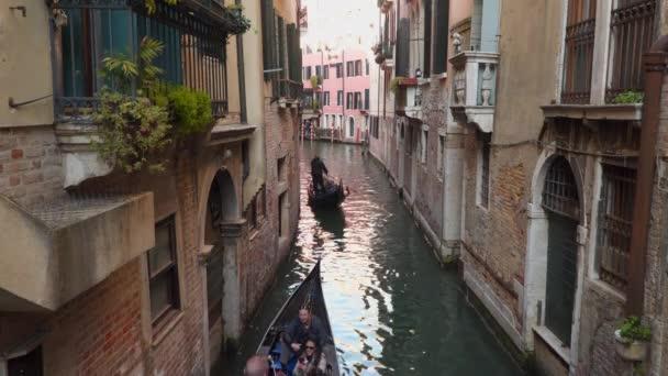 Benátky, Itálie – 23. března 2018: Gondoliér na turisty jízdu gondolou na vodě v Benátkách
