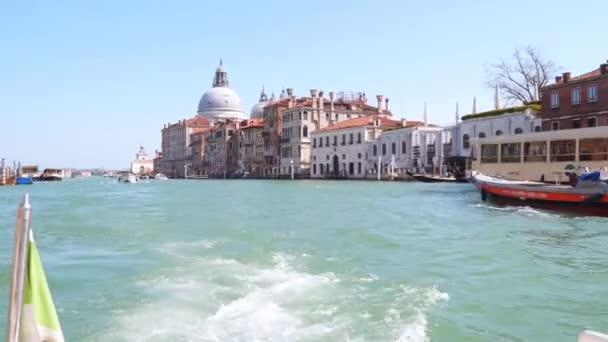Venice, Olaszország - 2018. március 23.: a velencei Canal Grandéra. A kupola, a Santa Maria della Salute látható. Kilátás a csónakot