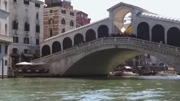 Benátky, Itálie – 23. března 2018: The Most Rialto je nejstarší ze čtyř mosty přes Canal Grande v Benátkách, Itálie