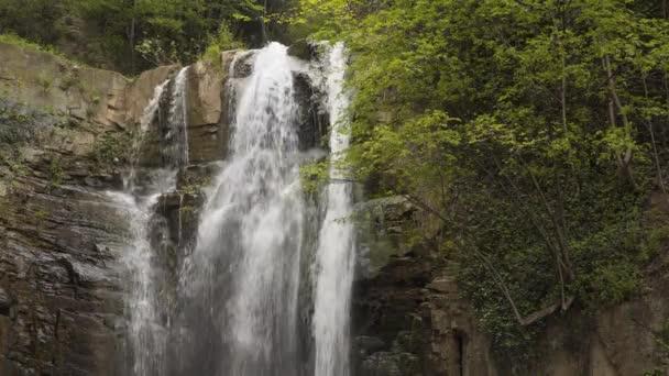 Krásný vodopád mezi stromy.