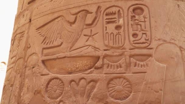 Karnakův sloup Podrobnosti ze starověké egyptské civilizace. Karnakův chrám v Luxoru je jednou z nejvýznamnějších turistických atrakcí ze starověkého Egypta