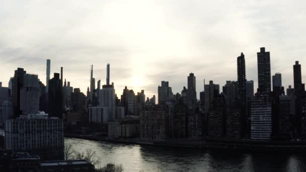 Anamorfní letecké záběry NYC při západu slunce