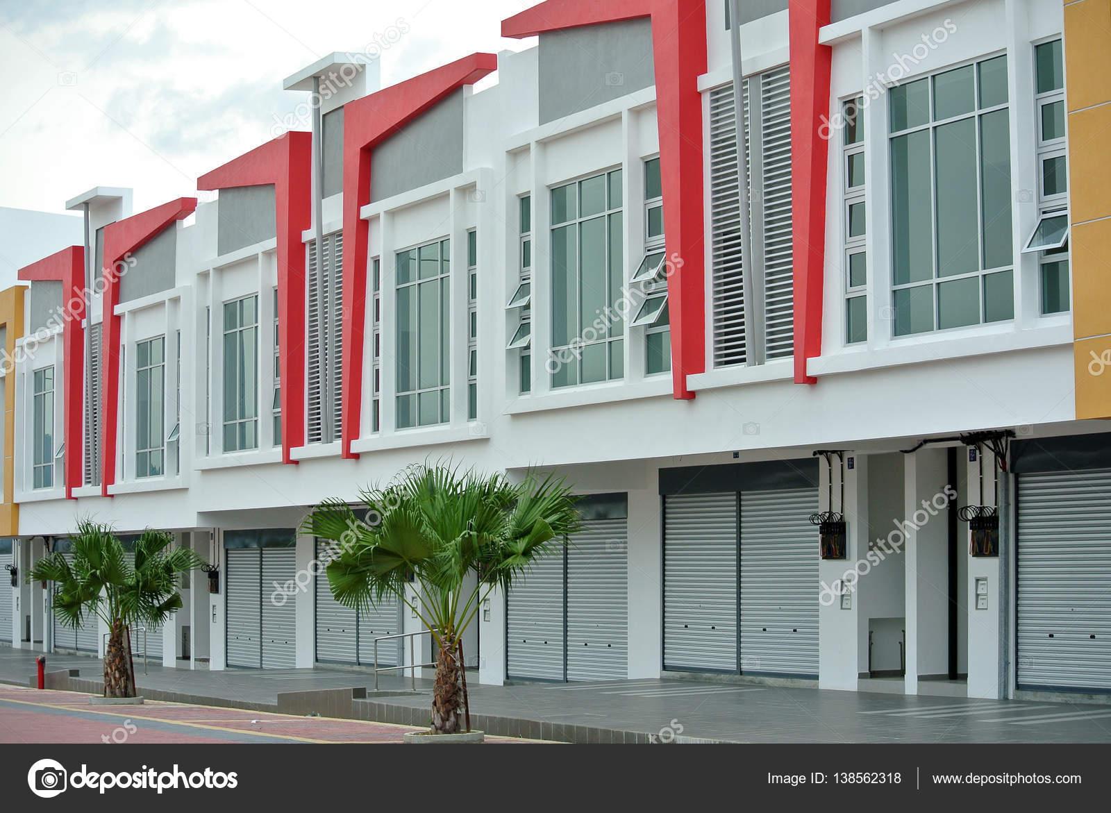 Winkel veel gebouw gevel met moderne architectuurontwerp
