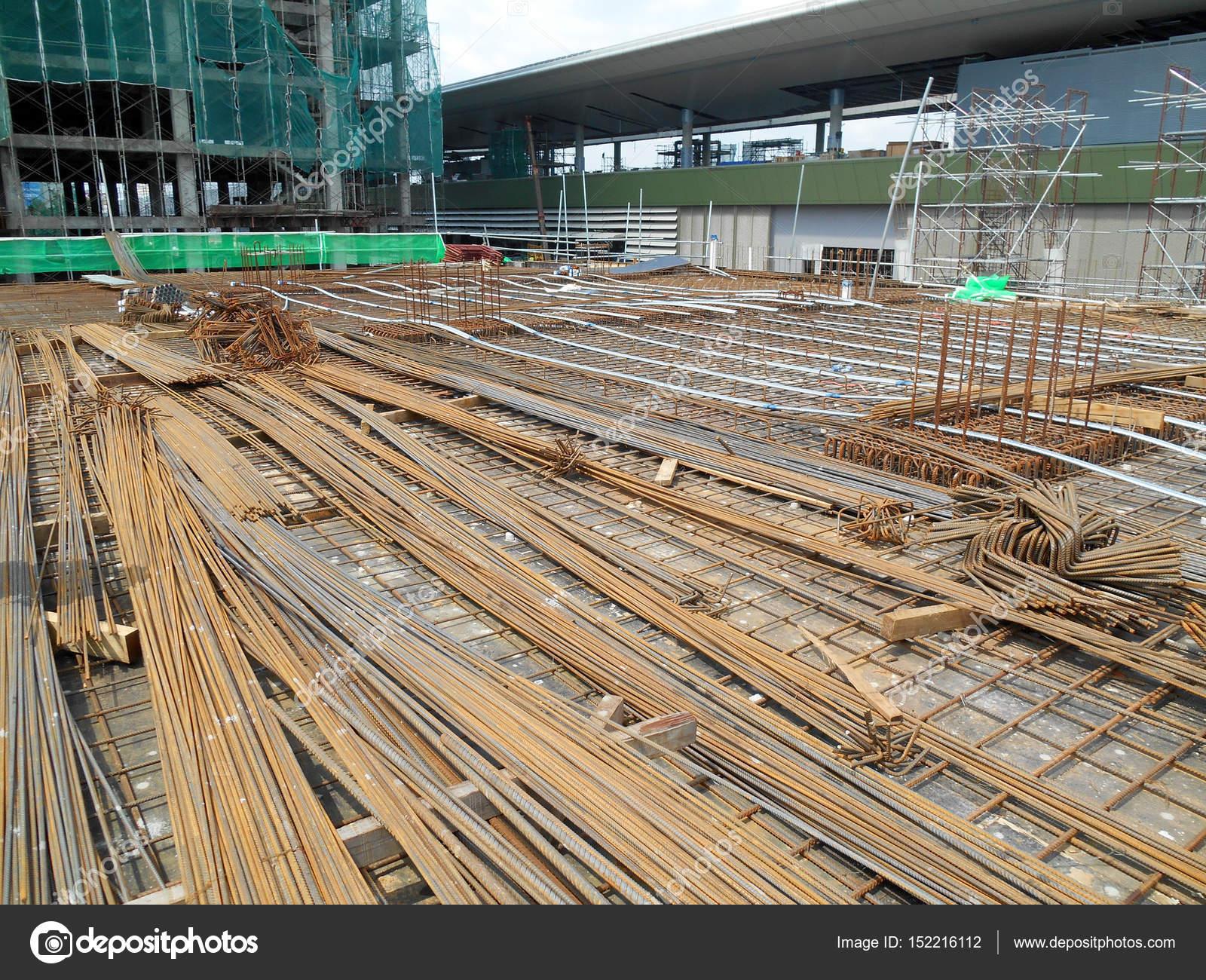 Barra de refuerzo de acero en obra — Foto de stock © Aisyaqilumar ...