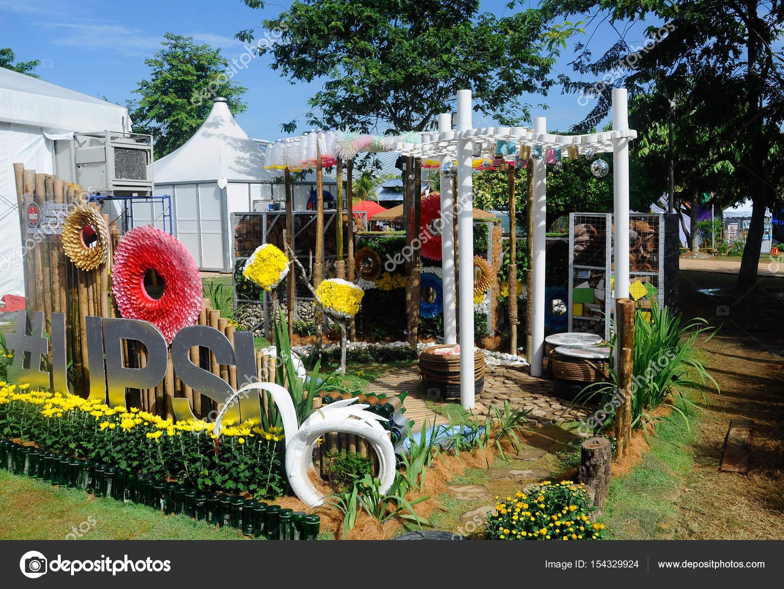 jardin reciclado banco pblico de jardn moderno de plstico reciclado hyde park cmo utilizar. Black Bedroom Furniture Sets. Home Design Ideas
