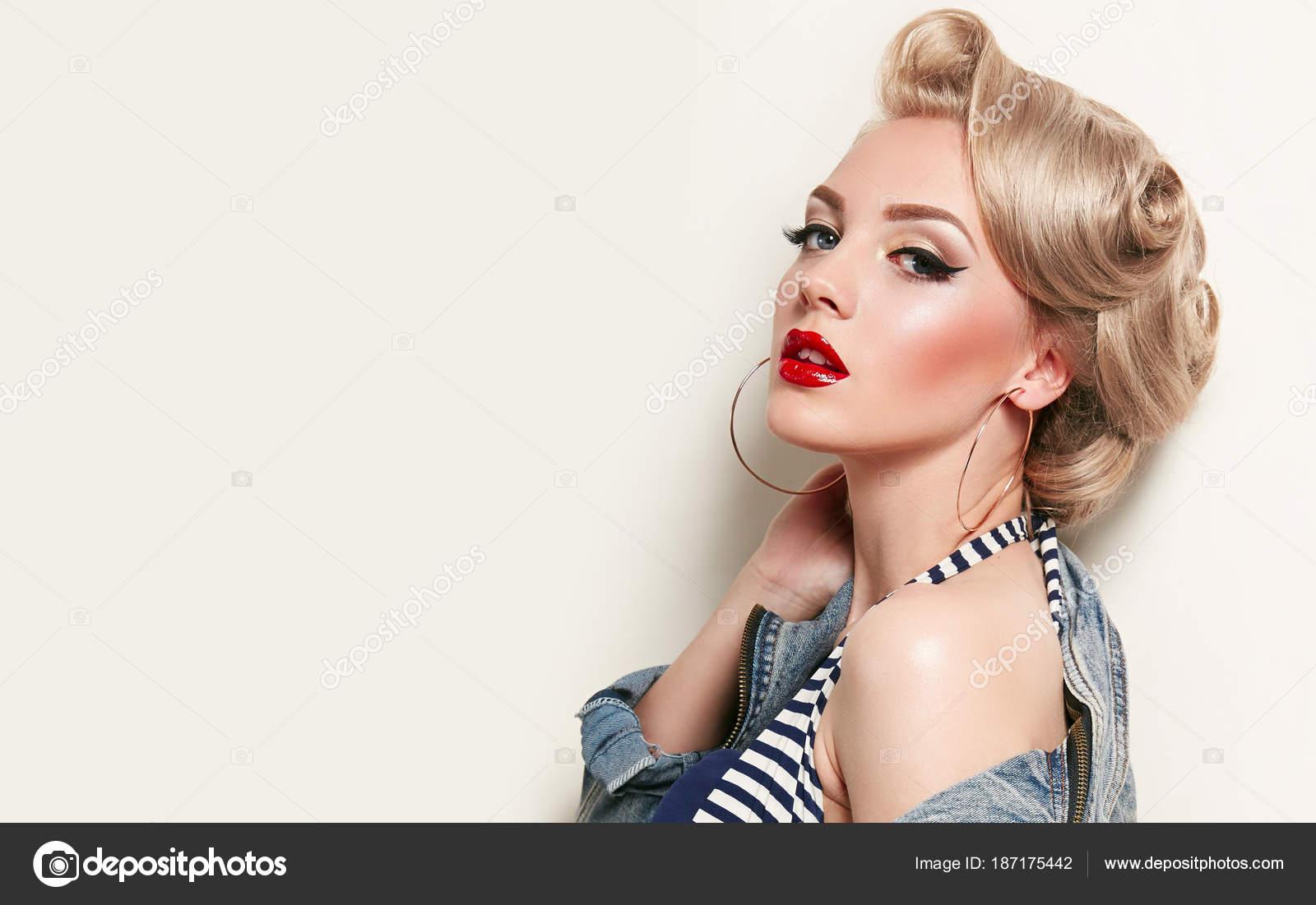 belle jeune fille américaine dans style rétro pinup blond les