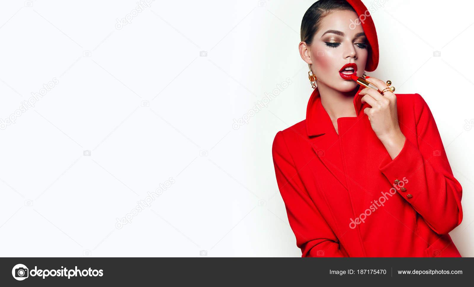 76da1efd39c Όμορφη Νεαρή Κοπέλα Ένα Κόκκινο Σακάκι Μπουφάν Και Κόκκινο Μπερέ ...