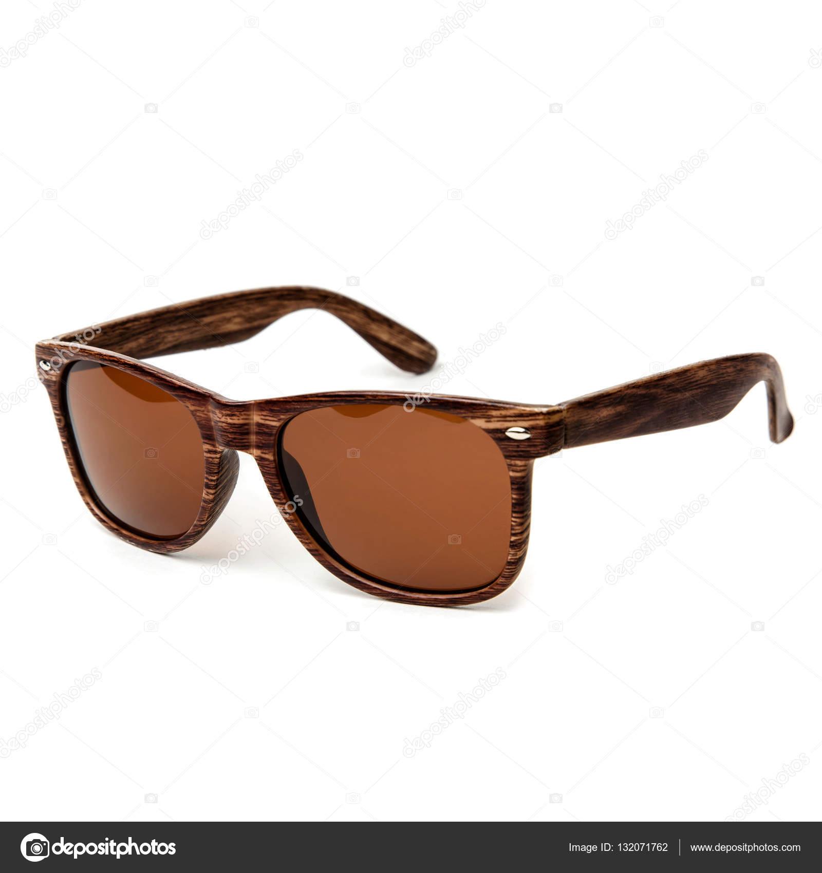 2e2735702a Gafas de sol de madera aisladas sobre fondo blanco en un estudio de disparo  — Foto