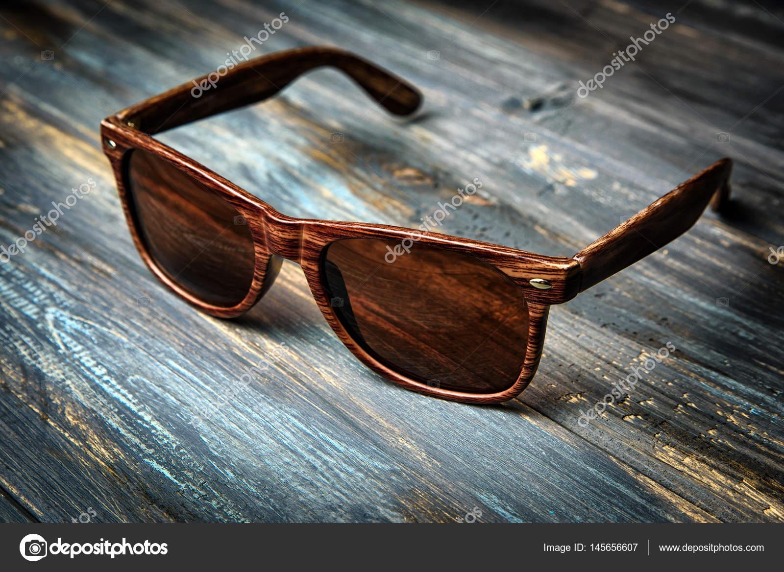 a43fa098b9 Gafas de sol de moda en la mesa de madera. Estilo vintage color — Foto