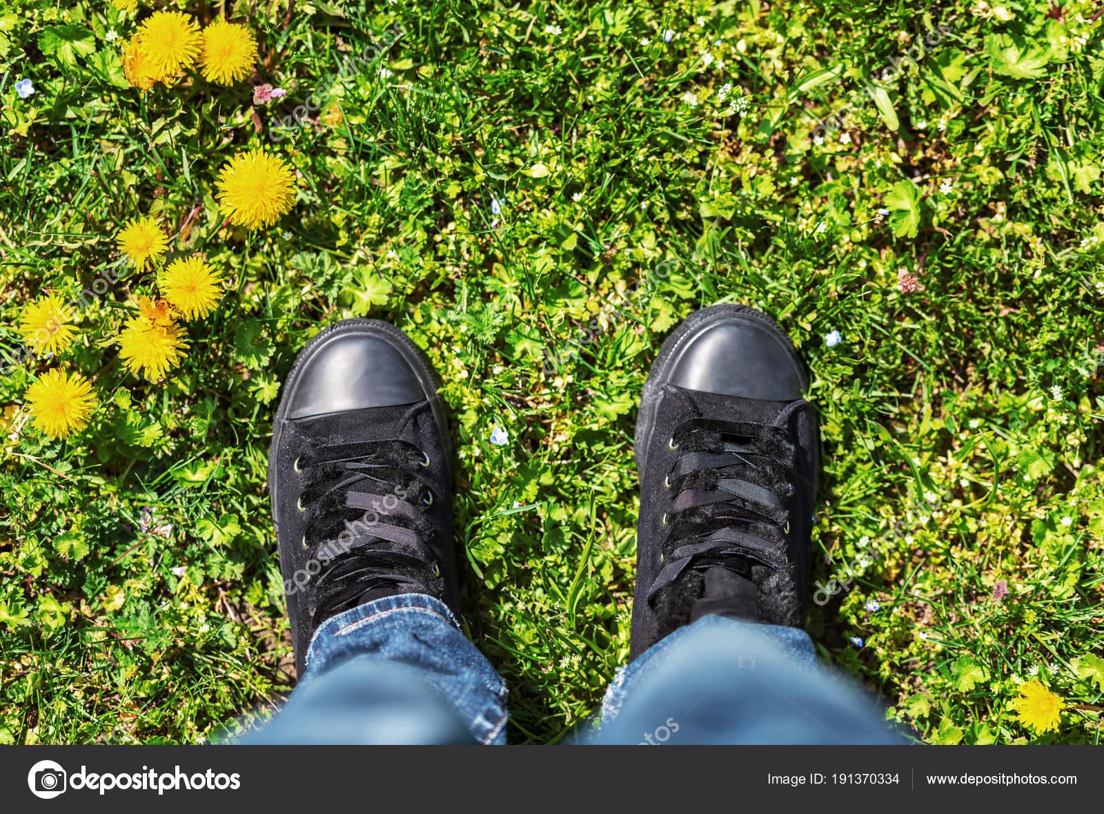 Sportschuhe auf eine frische grüne Wiese. — Stockfoto