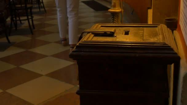 Dary Box v kostele