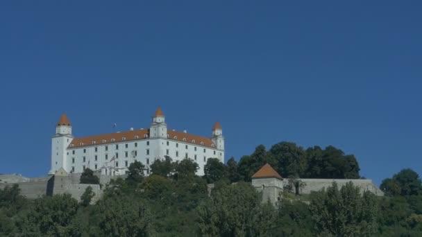 Bratislavský hrad v pohledu na modrou oblohu