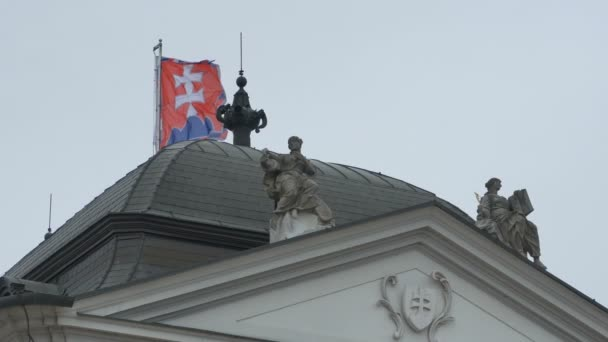 Slovenská vlajka na budově