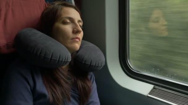 киска девушка спит на полке поезда видео происходит сексуальным