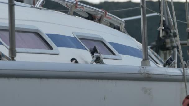 Skleněné okno na jachtě