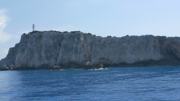 Leuchtturm auf hohen Felsen