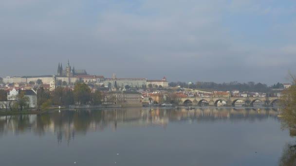 Velké zobrazení řeky Vltavy v Praze, Česká republika.