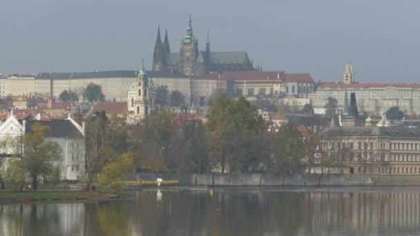 Vltava řeka budovy na břehu v Prague City.