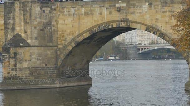 Středověké kamenictví lávka pohled přes řeku.