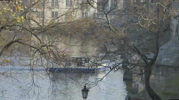 Vltava řeka, tekoucí poblíž Karlova mostu v městě Praha