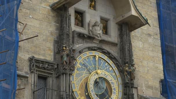 Orloj v Praze s pohyblivými sochy nad číselníky