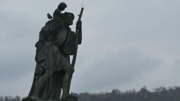 Alte graue Barockstatue eines Heiligen auf der Karlsbrücke in Prag, Tschechische Republik