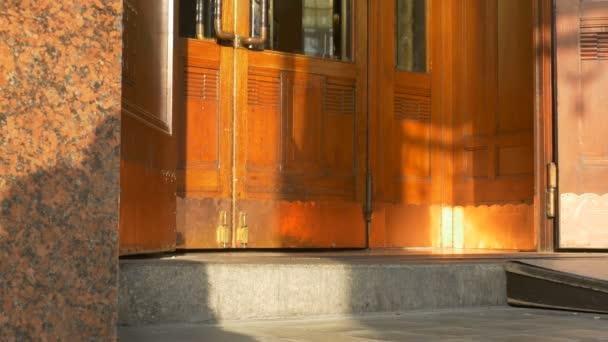 Frau ist eine alte Schwingtüren Gebäude betreten.