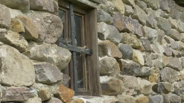 Zoomen Sie auf ein Spinnennetz gerahmte alte Gebäude Fenster