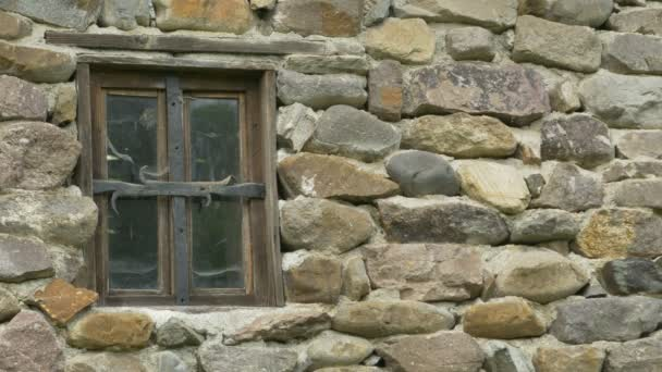 Alte Fenster im verlassenen Haus aus Stein