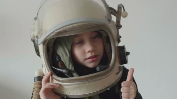 Kis kozmonauta lány mutatja rendben jel.
