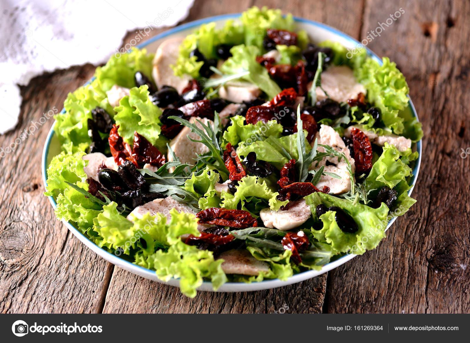 Salatka Z Gotowanej Piersi Kurczaka Suszone Pomidory Oliwki
