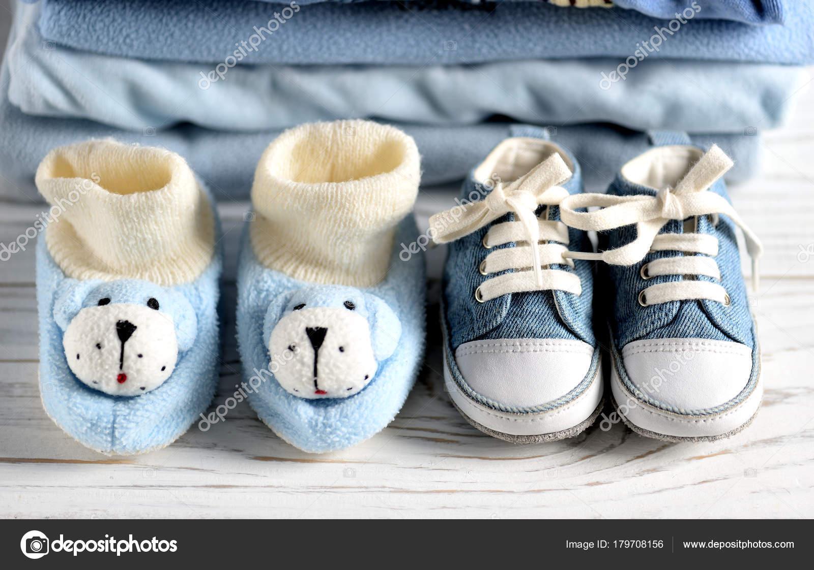 ropa de bebe y zapatos