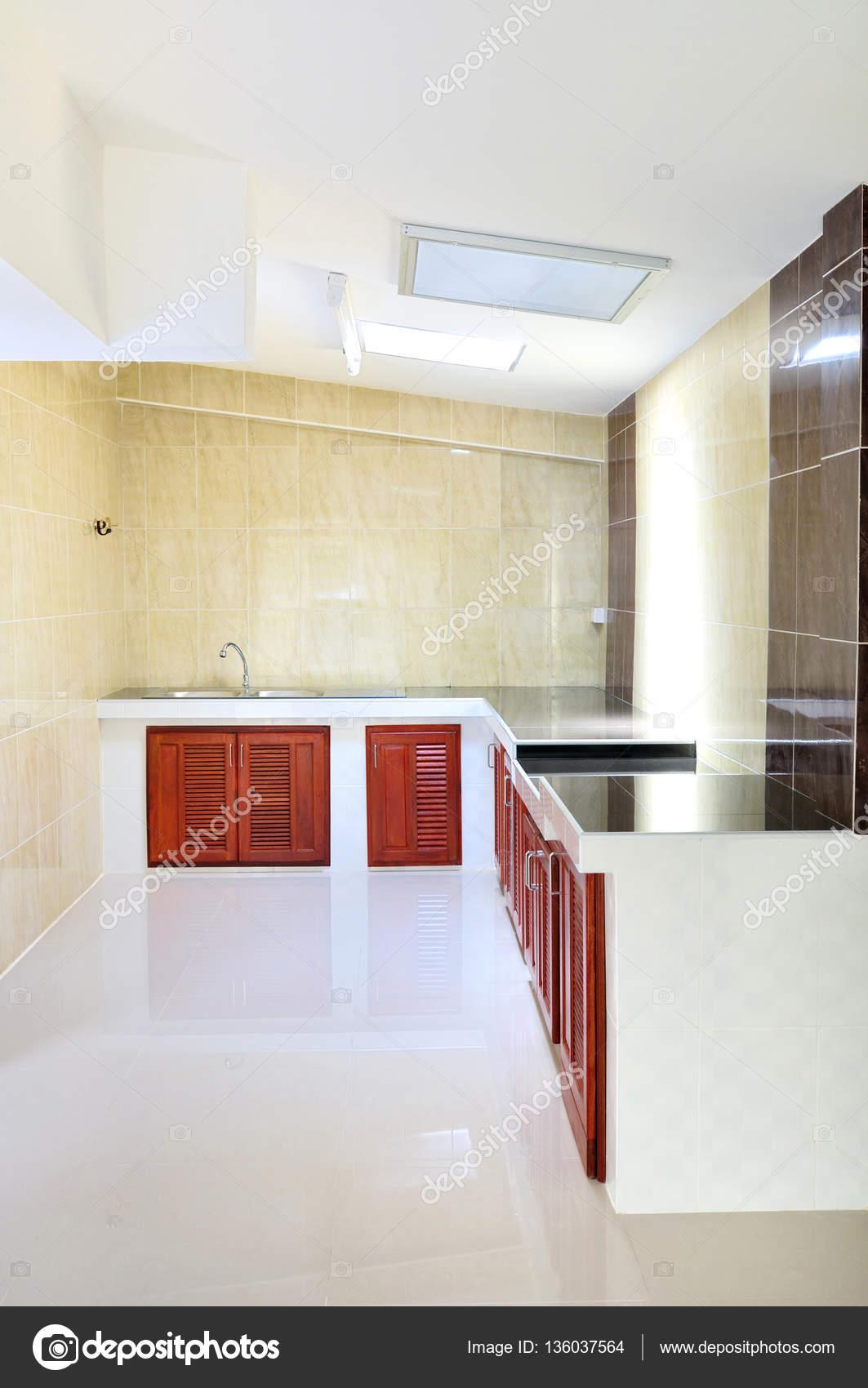leere konkrete Theke Küche mit Beige Wandfliese — Stockfoto ...