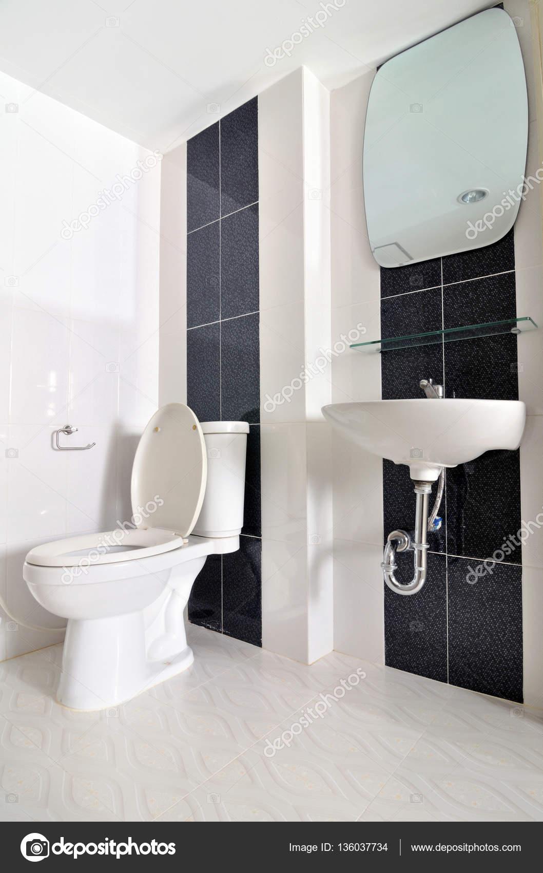 Bom Pequeno Banheiro Simples Com Pia E Wc Fotografias De