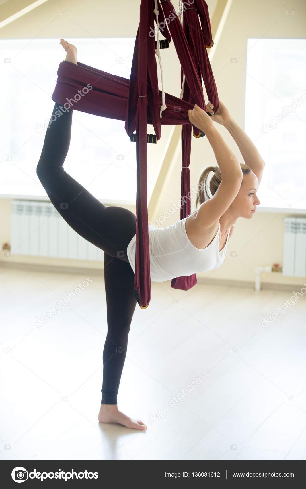Schone Frau Tun Natarajasana Yoga Pose In Hangematte Stockfoto