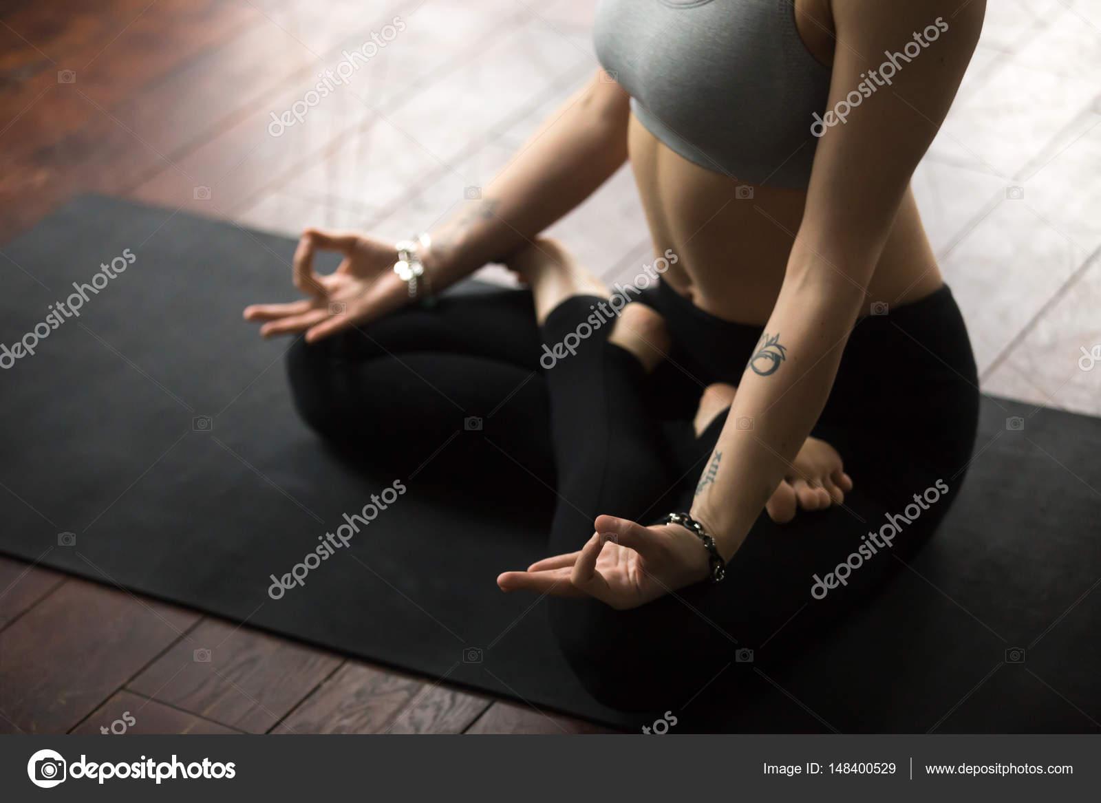Mulher Sentada No Tapete Na Posi O De L Tus Fazendo O Mudra  -> Tapete Para Sala De Pilates