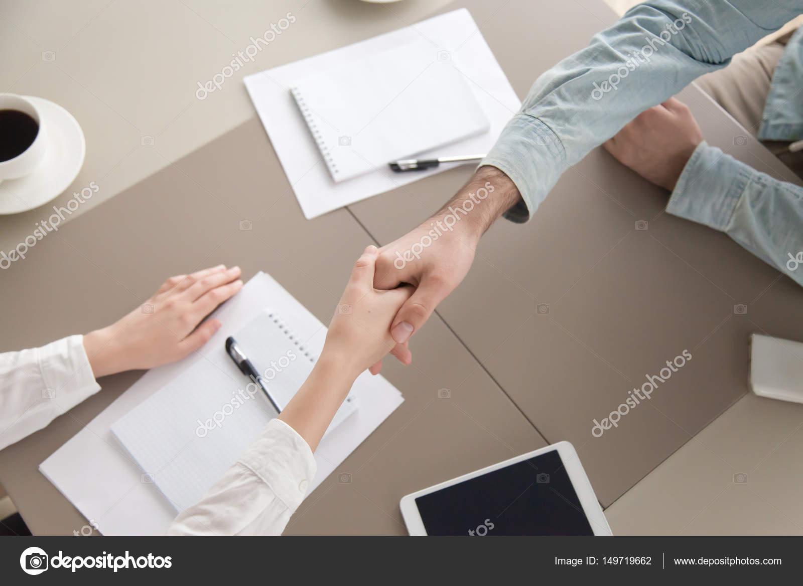 Mann und Frau Handshaking. Geschäftsvereinbarung, Verhandlungen und ...