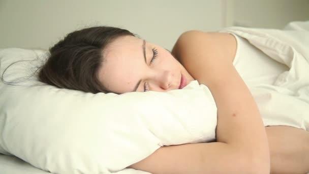 Mladá žena spí