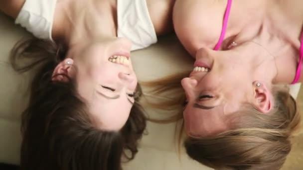 Dvě kamarádky vtipné a nehýbej se